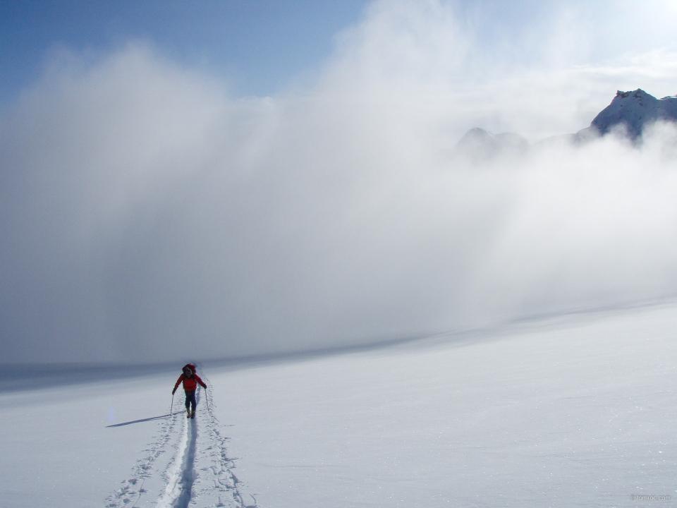 La trainée de l'avalanche passe derrière le dernier du groupe
