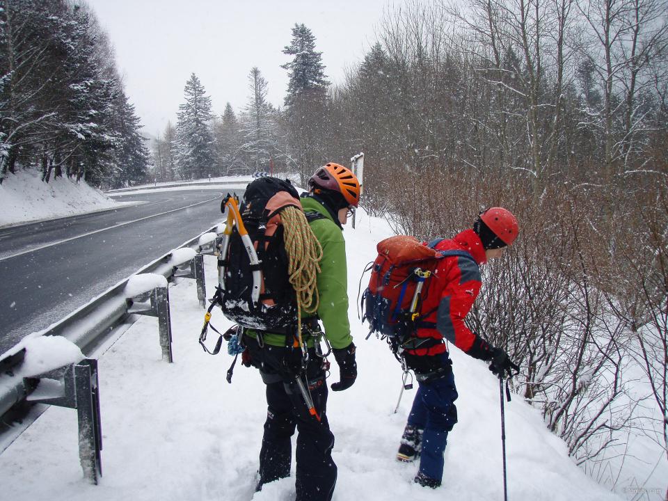 L'équipe à la recherche de glace dans les bords de route