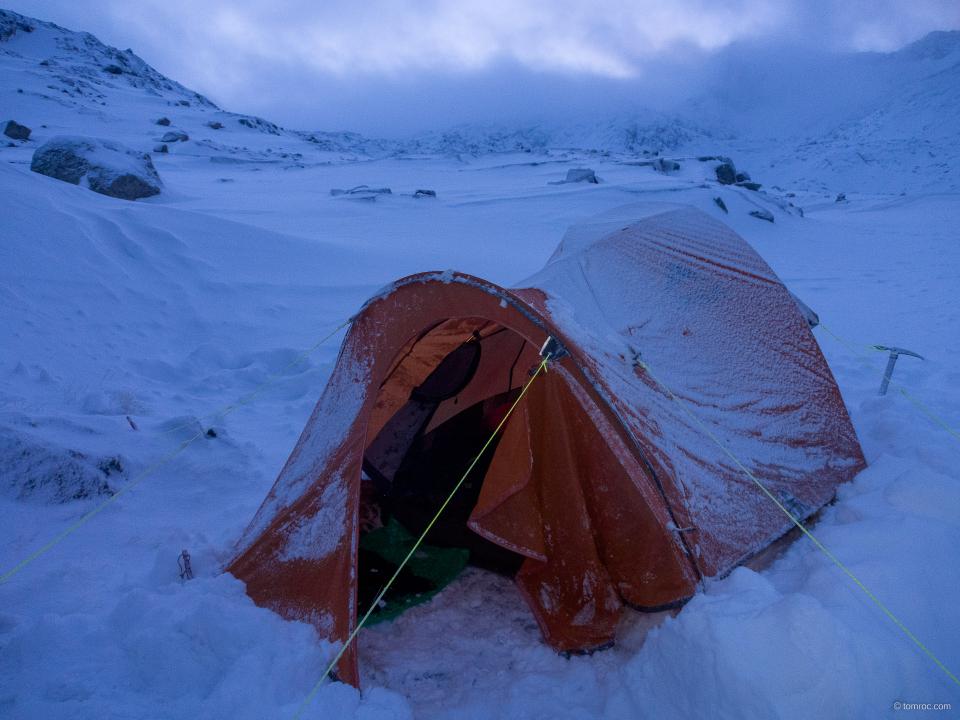 Bivouac hivernal sous tente pour deux d'entre nous