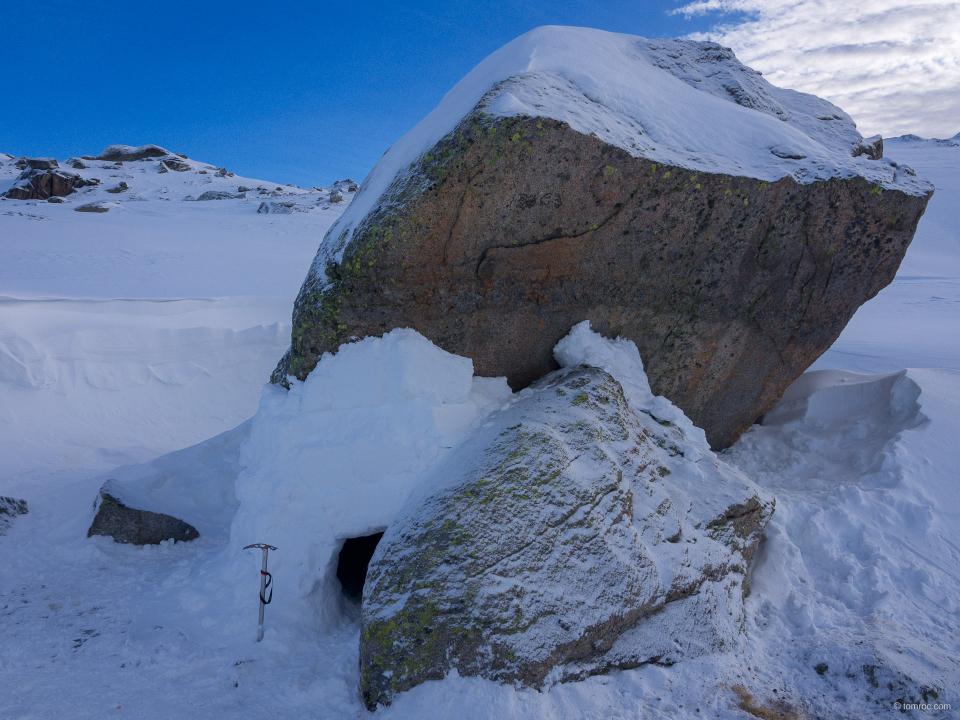 Bivouac hivernal, entre rocher et igloo, où je dormirai
