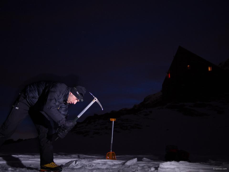Perçage d'un trou dans la glace du lac