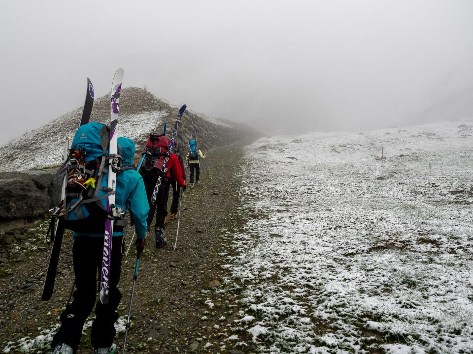 Montée au refuge entre neige et brouillard